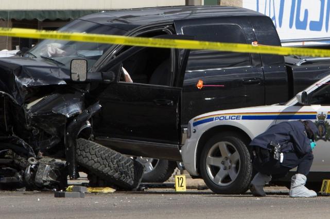Un enquêteur passe au peigne fin la scène... (Photo Amber Bracken, Reuters)