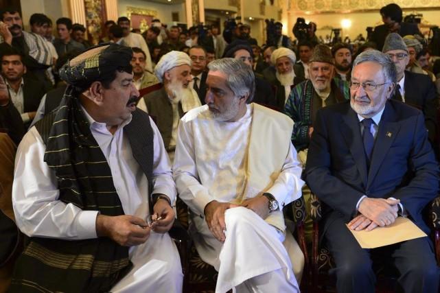 Le candidat àl'élection présidentielleAbdullah Abdullah (au centre) a... (PHOTO WAKIL KOHSAR)