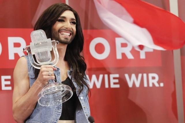 ConchitaWurst pose avec son trophée remporté à l'Eurovision... (PHOTO LEONHARD FOEGER, REUTERS)
