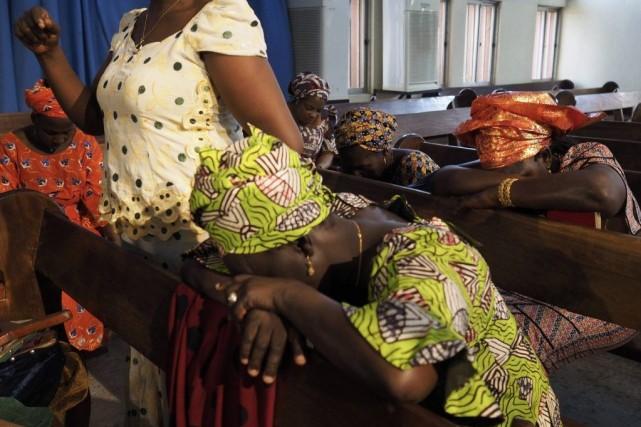 Des femmes prientpour les jeunes filles enlevéesdans une... (PHOTO JOE PENNEY, REUTERS)