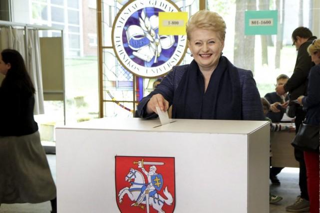 La présidente sortante Dalia Grybauskaite a voté dimanche... (PHOTO PETRAS MALUKAS, AFP)