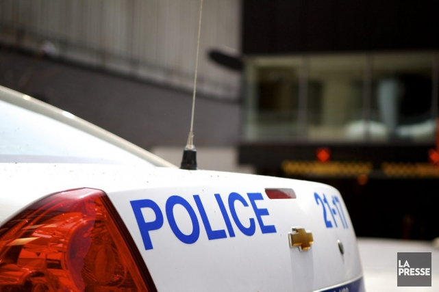 Un policier du Service de police de la Ville de Montréal (SPVM) fait face à des... (PHOTO SARAH MONGEAU-BIRKETT, LA PRESSE)