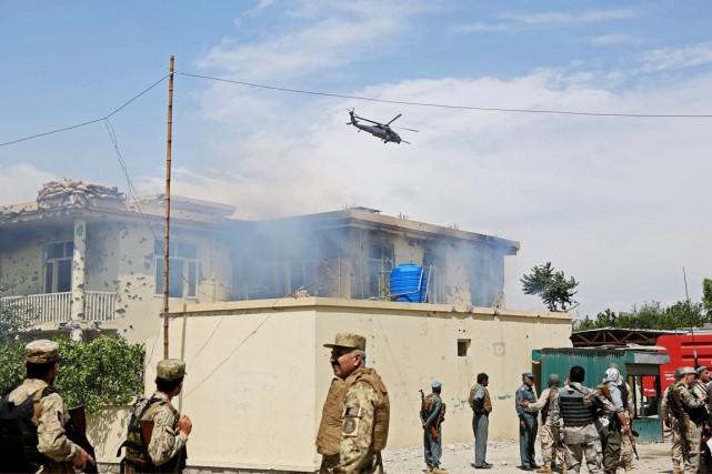 Des policiers afghans arrivent au siège du ministère... (PHOTO RAHMAT GUL, AP)