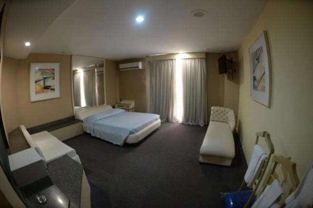 Une chambre d'un «Love hôtel» de Rio fraîchement... (Photo AFP)