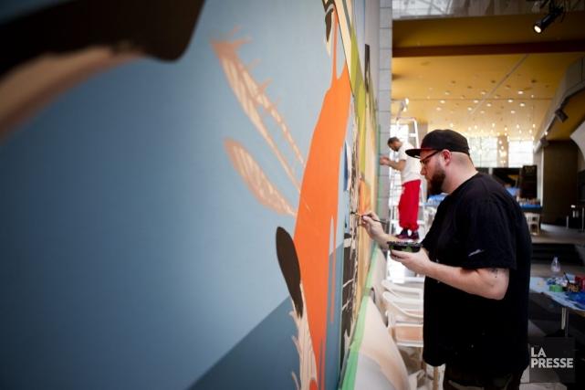 Éric Clément termine une de ses murales.... (Photo: Marco Campanozzi, La Presse)