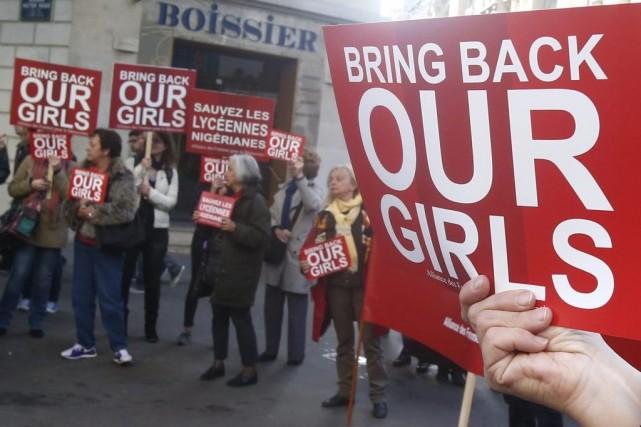 Des manifestants devant l'ambassade du Nigéria à Paris.... (Photo AP)
