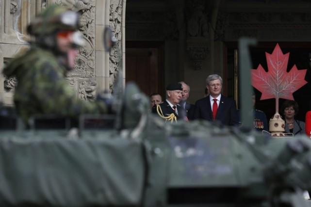 Stephen Harper durant un défilé militaire à Ottawa.... (Photo Reuters)