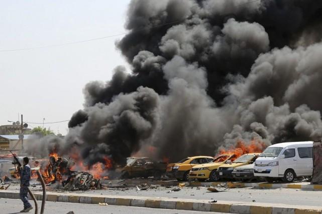 Au moins neuf voitures piégées ont détoné dans... (Photo AP)