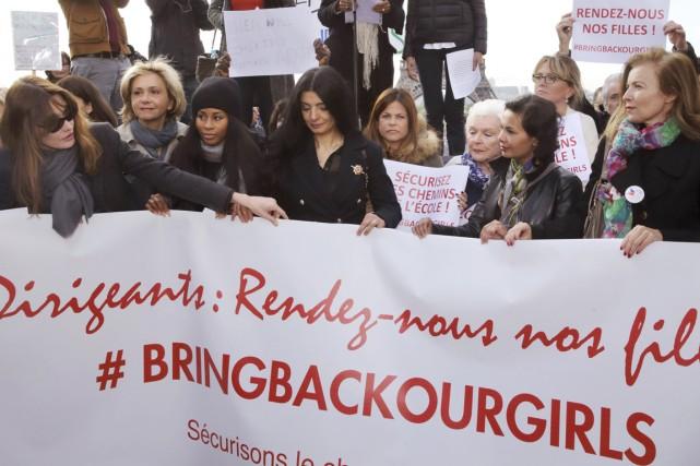 Aux côtés de Carla Bruni-Sarlozy (à gauche) et... (PHOTO PHILIPPE WOJAZER, REUTERS)