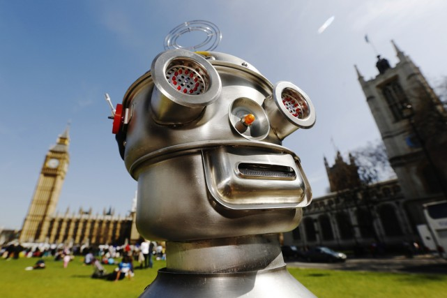 Un robot «manifeste» devant le Parlement britannique et... (PHOTO LUKE MACGREGOR, ARCHIVES REUTERS)