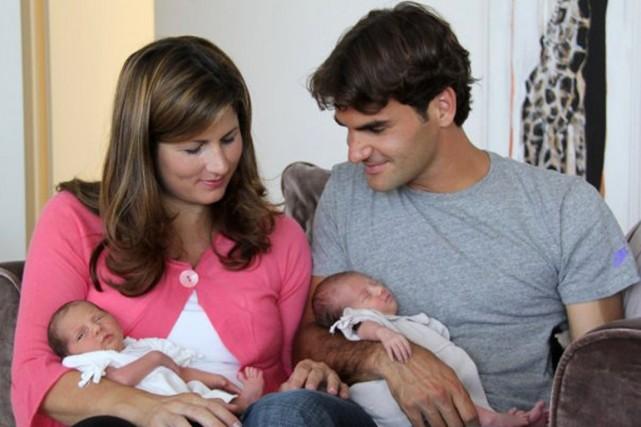 Roger Federer et son épouse Mirka avec leurs... (Photo archives AFP)