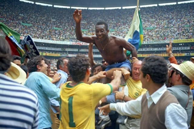 Le légendaire Pelé a mené le Brésil à... (Photo archives AP)