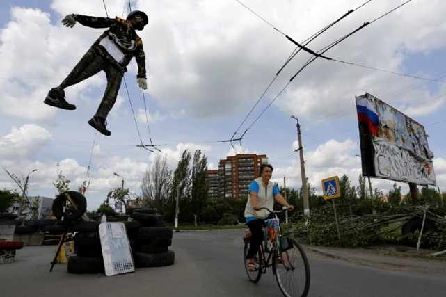 Un mannequin à l'effigie d'un soldat ukrainien est... (Photo: Reuters)
