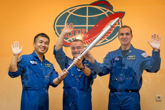 Le cosmonaute Mikhaïl Tiourine (au centre), et les... (Photo: AFP)