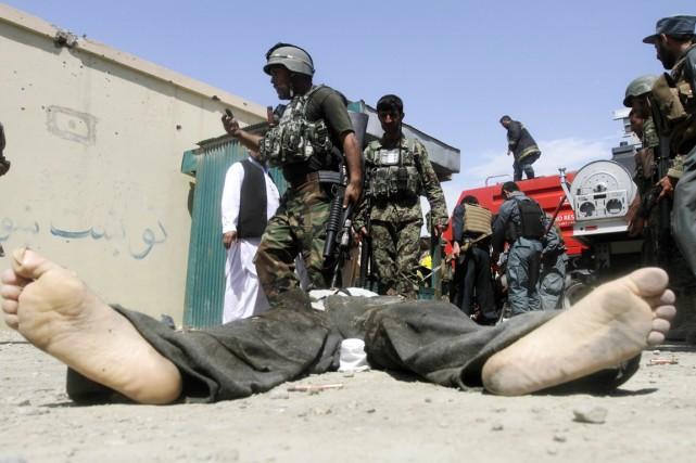 Des membres des forces de sécurité afghanes sont... (PHOTO PARWIZ, ARCHIVES REUTERS)