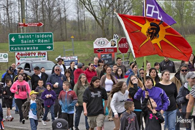 Quelques centaines de résidants de la communauté mohawk de Kahnawake, en... (Photo Patrick Sanfaçon, La Presse)
