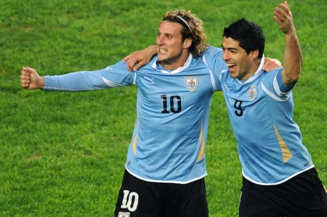 Diego Forlan et Luis Suarez, de l'Uruguay.... (Photo Maxi Failla, archives AFP)