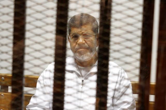 Le président destitué Mohamed Morsi est assis dans... (PHOTO TAREK EL-GABBAS, ARCHIVES AP)