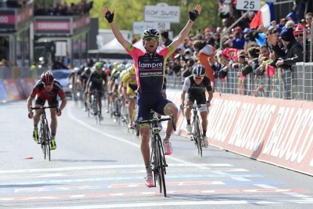 L'Italien Diego Ulissi a levé les bras pour... (Photo Luk Benies, AFP)