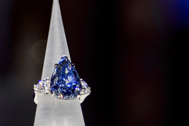 Le diamand «The Blue »a un poids de... (Photo Fabrice Coffrini, AFP)