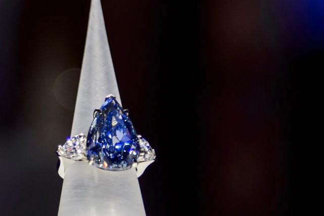 Le diamand «The Blue »a un poids de... (Photo Fabrice Coffrini, AFP)