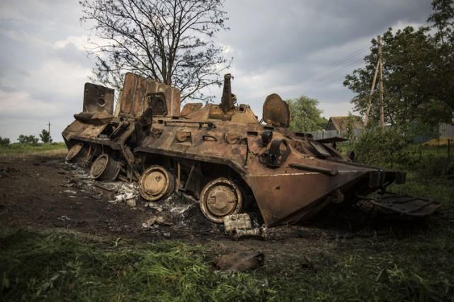 Un tank ukrainien incendié par des pr-russes gît... (Photo: AP)
