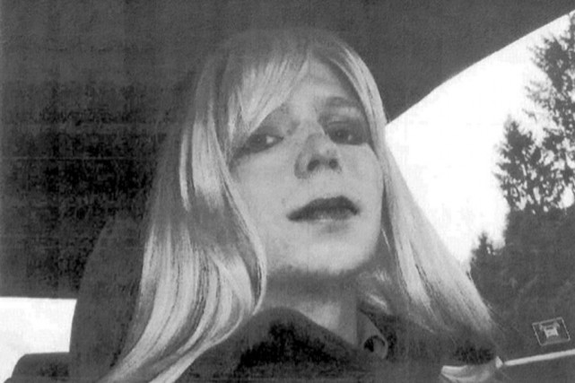 Chelsea Manning portant une perruque dans une photo... (PHOTO ARCHIVES AP)