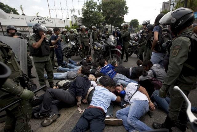 Un groupe de manifestants s'opposant au gouvernement est... (Photo Fernando Llano, AP)