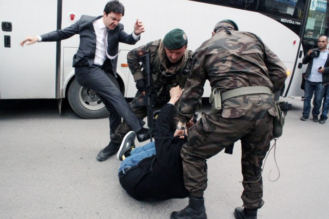 Un conseiller du premier ministre Erdogan qui l'accompagnaient... (PHOTO AP/DEPO PHOTOS)