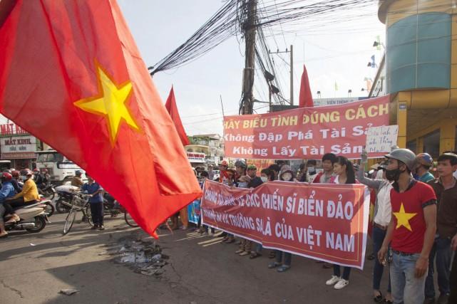 Des manifestants vietnamiens ont scandé des slogans antichinois,... (PHOTO ARCHIVES REUTERS/STRINGER)