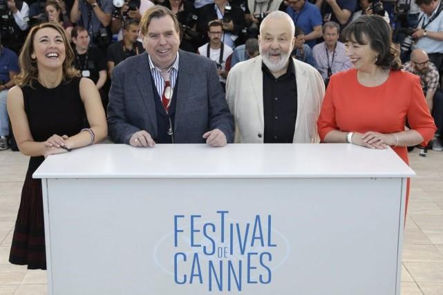Le réalisateur Mike Leigh (en blanc) en compagnie... (Photo: AP)