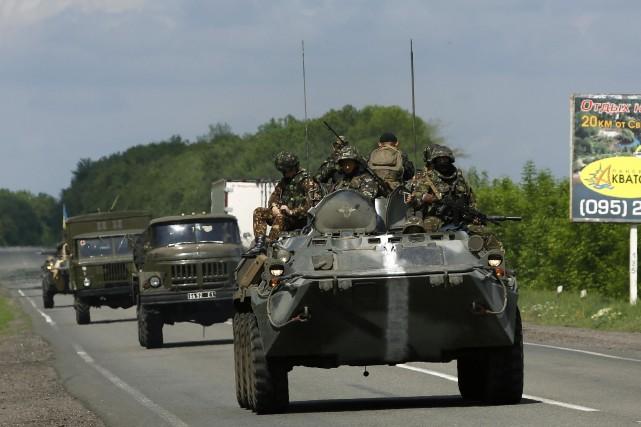 Un convoi de l'armée ukrainienne patrouillant près deSlaviansk.... (Photo Yannis Behrakis, Reuters)