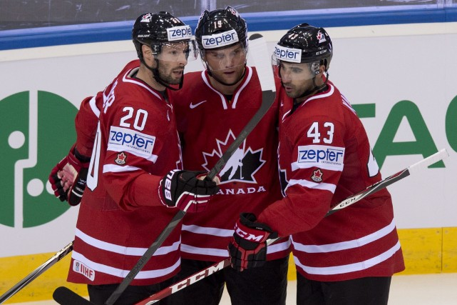 Cody Hodgson (au centre) a réussi un tour... (Photo Jacques Boissinot, La Presse Canadienne)