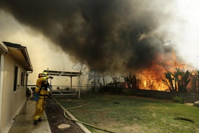 D'importants incendies menaçaient toujours de nombreuses habitations jeudi dans... (Photo AP)