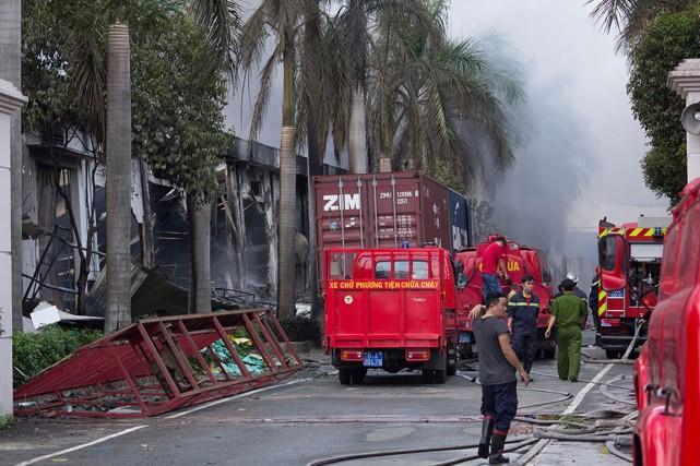 Des pompiers interviennent pour éteindre l'incendie d'une usine... (Photo Jeff Nesmith, archives AP)