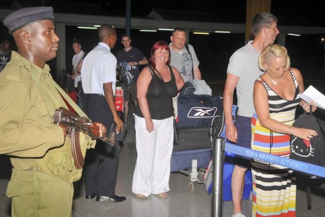 À l'aéroport de Mombasa, les touristes interrogés par... (PHOTO AP)