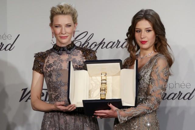 Cate Blanchett remet la récompense à Adèle Exarchopoulos.... (Photo: Reuters)
