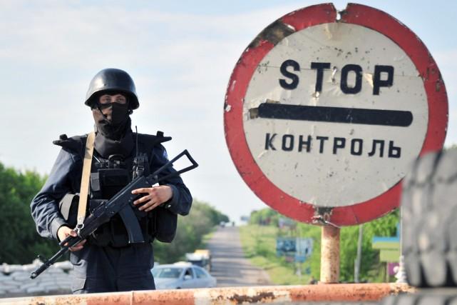 Un soldat ukrainien monte la garde à un... (PHOTO GENYA SAVILOV, ARCHIVES AFP)