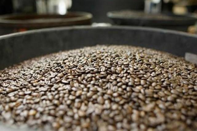 Les cours du café ont hésité en début... (Photo Reuters)