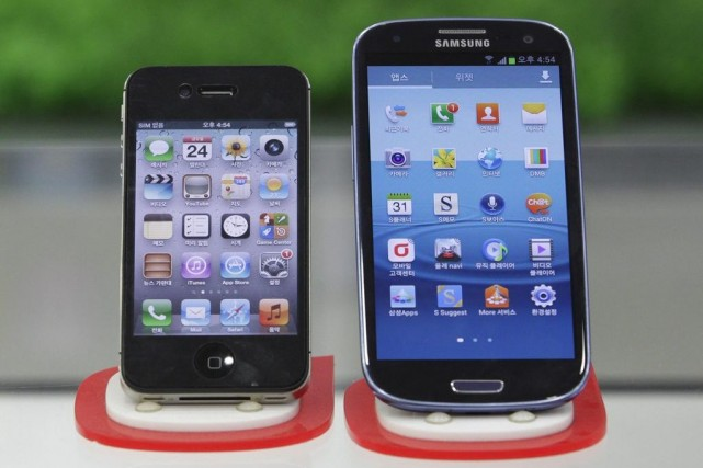 Le Galaxy S III de Samsung, à droite,... (Photo Ahn Young-joon, AP)