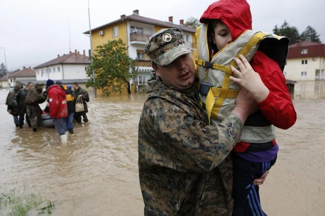 Un militaire bosniaque porte un enfant hors de... (Photo Amel Emric, AP)