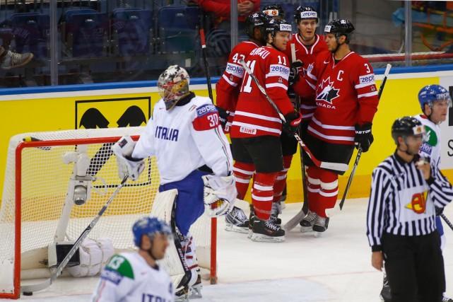 Les joueurs du Canada célèbrent derrière le filet... (Photo Sergei Grits, AP)