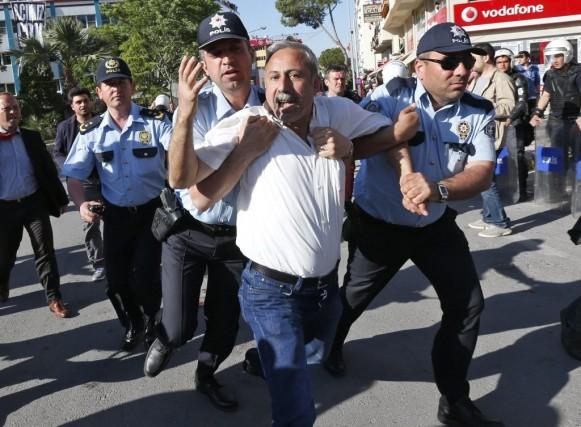 Des policiers appréhendent un manifestant lors d'une manifestation... (Photo Lefteris Pitarakis, AP)