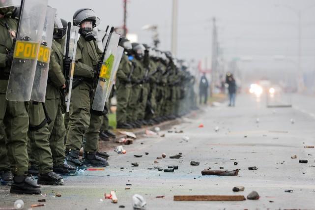 Photo Edouard Plante-Fréchette, archives La Presse... (Le rapport blâme les policiers pour l'ensemble de leurs interventions : recours au bâton télescopique, gaz lacrymogènes, techniques d'encerclement, arrestations de masse.)
