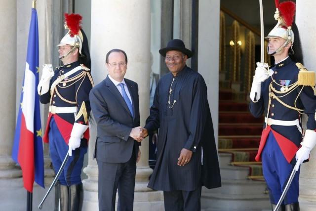 Le président français François Hollande a accueilli leprésident... (PHOTO FRANÇOIS MORI, AP)
