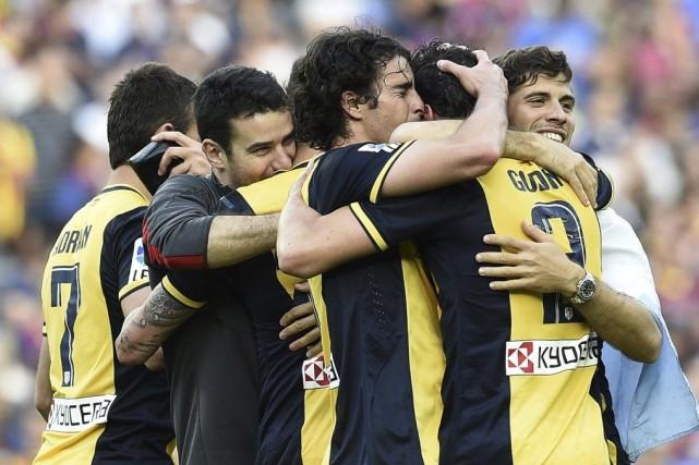 Premier avec 90 points, le club madrilène devance... (PHOTO LLUIS GENE, AFP)