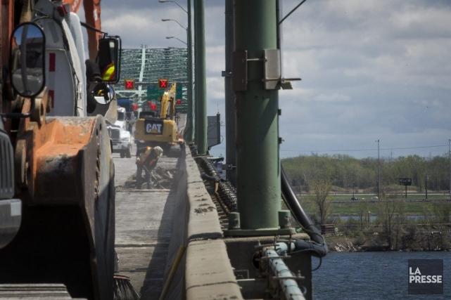 Un employé arrache dupavage sur le pont Champlain,... (PHOTO OLIVIER PONTBRIAND, LA PRESSE)