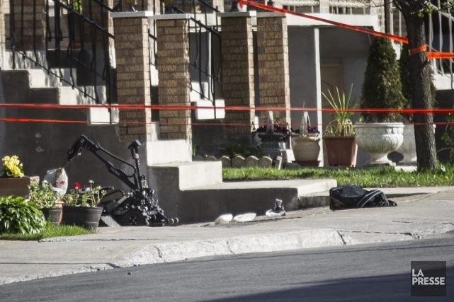 Un robot du SPVM inspecte les lieux à... (PHOTO OLIVIER PONTBRIAND, LA PRESSE)