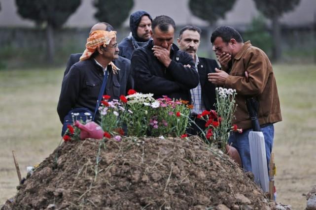 Les membres de la famille d'une victime se... (PHOTO LEFTERIS PITARAKIS, AP)