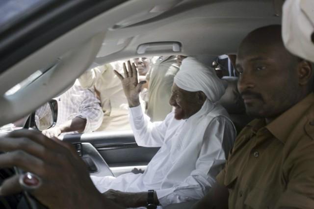 L'ancien premier ministre soudanais Sadek al-Mahdi salue la... (PHOTO EBRAHIM HAMID, AFP)
